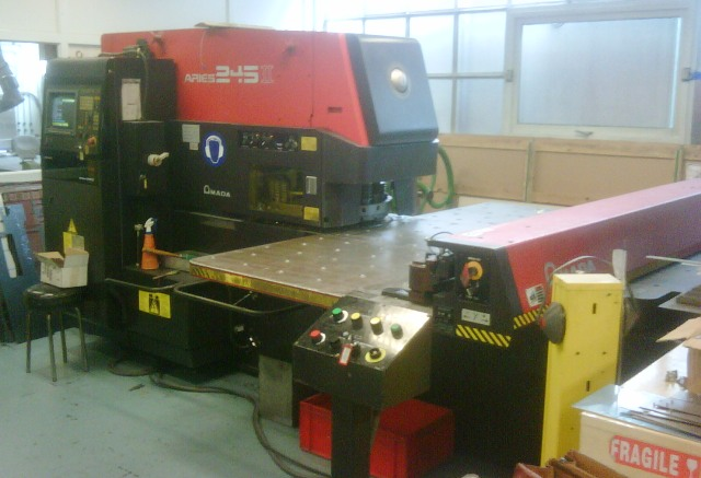 POINCONNEUSE CNC AMADA ARIES 245 II  - 20 ton - 1000 x 1270 mm